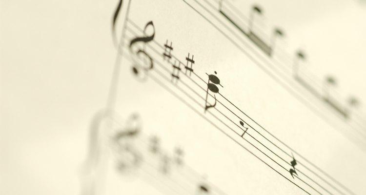 Essa partitura mostra uma pausa de colcheia, seguida por uma pausa de semínima
