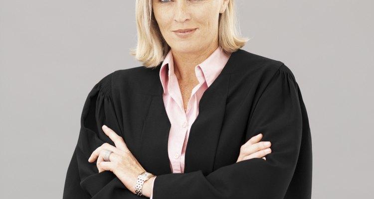Encuentra a un abogado, de preferencia uno que se especialice en  reclamaciones de seguros.