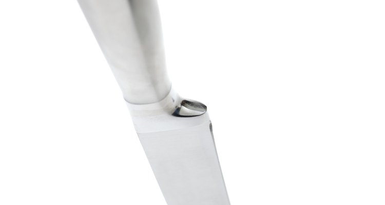 Un cuchillo pequeño y afilado es esencial para preparar repollo agrio.