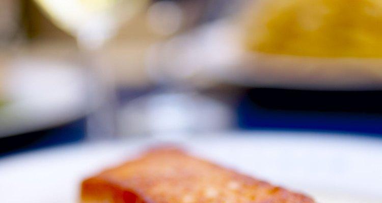 El salmón hervido puede acompañarse y servirse con una variedad de salsas y vegetales.
