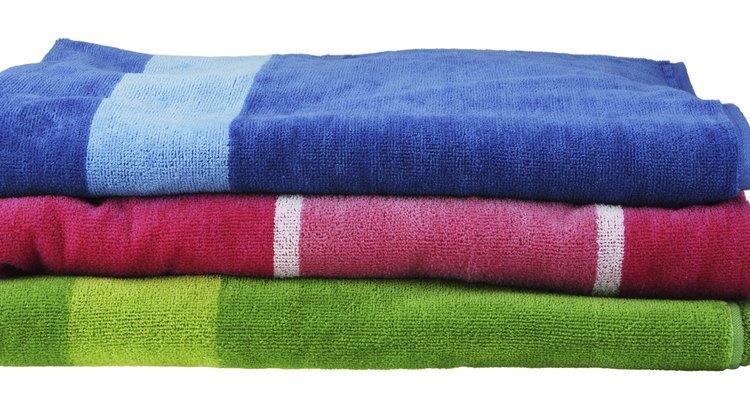 Frota tu cabello con una toalla que absorba la humedad para deshacerte del exceso de agua.