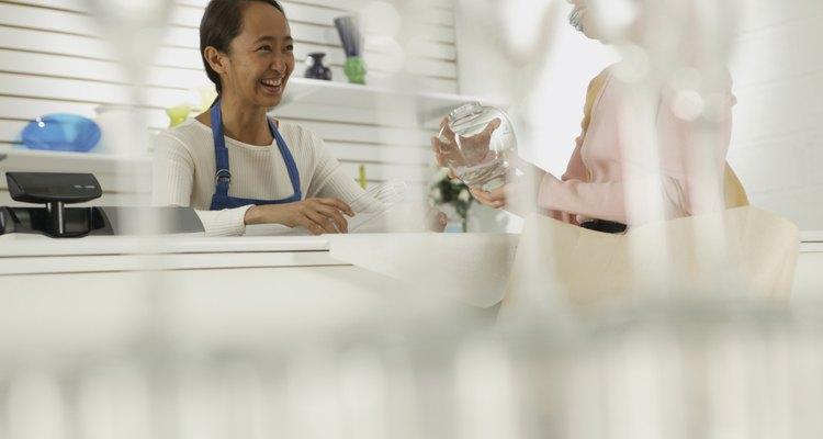 Un temperamento amigable y amable es una buena cualidad para un cajero.