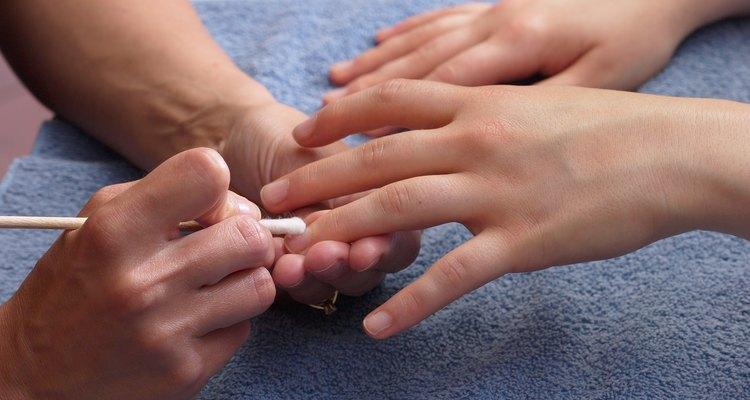 Mantén tus cutículas y uñas arregladas.