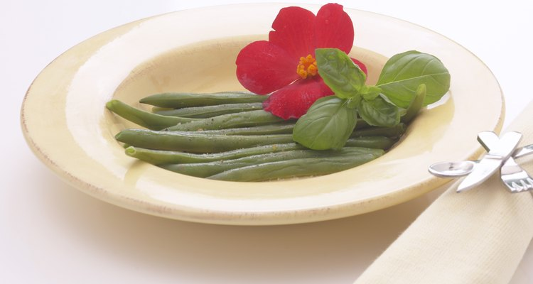 La albahaca, una hierba comúnmente cultivada, a menudo se utiliza como repelente natural de insectos.