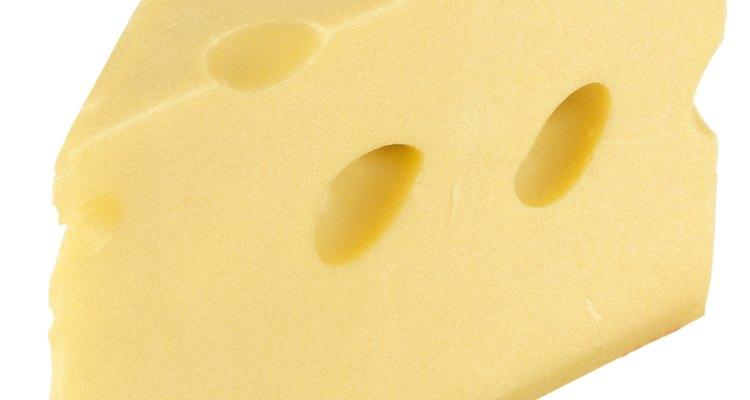 El queso suizo está clasificado como un queso natural.