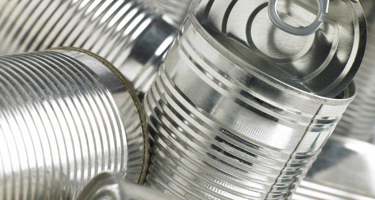 El aluminio se usa para hacer latas de sopa y otros empaques.