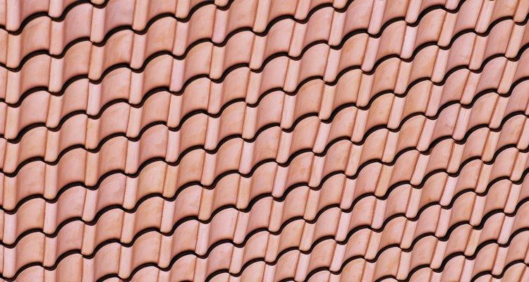 Pinta las tejas para renovar su apariencia sin gastar demasiado.