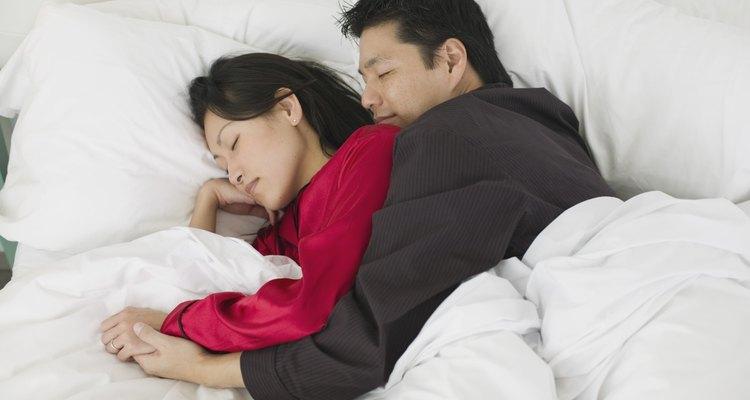 Prueba la posición de cuchara para dormir abrazados por la noche.