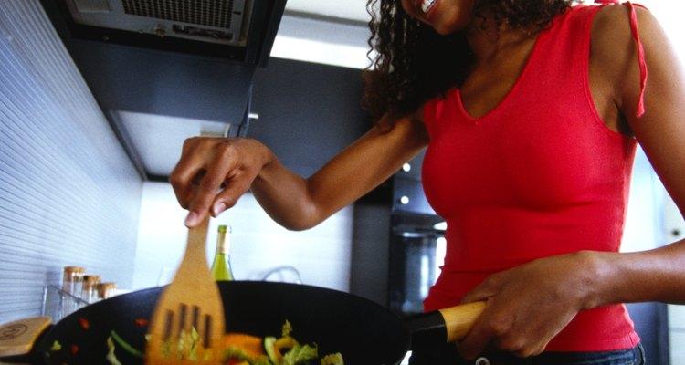 Utiliza un wok o una sartén grande para saltear tu comida.
