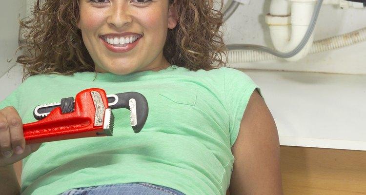 Un grifo de baño tiene el mismo tamaño de la tubería de línea de agua como un grifo de la cocina, esta es una tubería de 1/2 pulgada (1,27 cm).