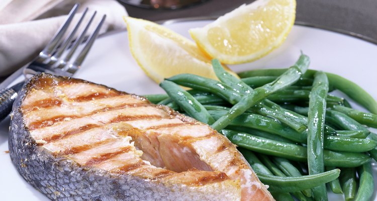 Photo, close-up of a grilled salmon dinner with green beans, Color
