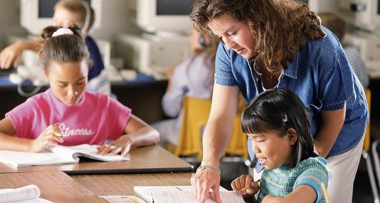 Los maestros deben moverse en el aula en lugar de sentarse en el escritorio.