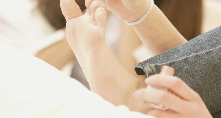 Limpia los derrames de esmalte de uñas tan pronto como ocurran para evitar manchar tu sofá.