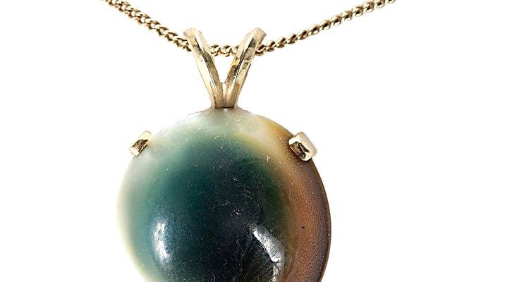 Inscribir en la parte posterior de la placa de una joya puede esconder su signo mágico.