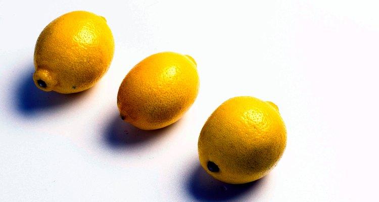 Los limones contienen ácido cítrico, que es fundamental para esta solución.