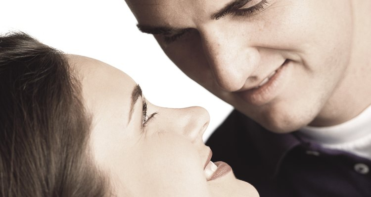 Busca señales clásicas de atracción para saber si alguien está interesado en ti.