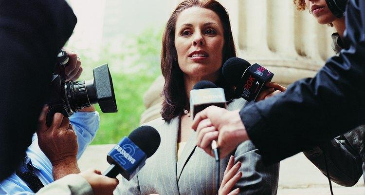 """Aproximación visual de """"Roe"""" hablando con los periodistas."""