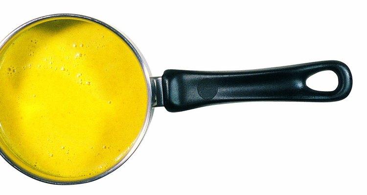 La crema inglesa puede servirse con frutas, pastas y tortas.