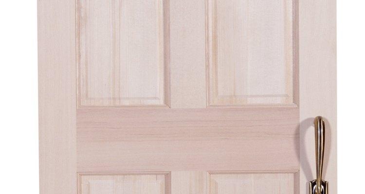 A porta de madeira pode começar a mudar seu volume no inverno