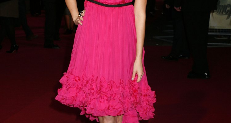 La actriz Jamie Chung combina un labial brillante con su brillante vestido.