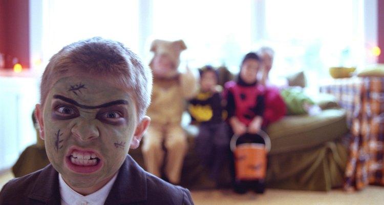 Mantén a tus pequeños monstruos seguros por Halloween.