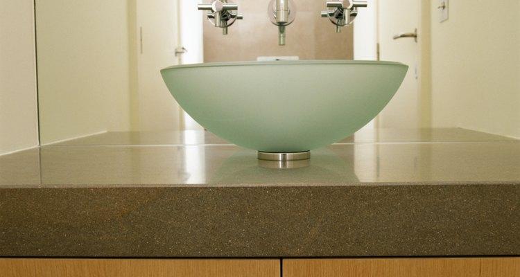 Mantén el brillo de tus lavabos tipo vasija con limpiadores domésticos comunes.