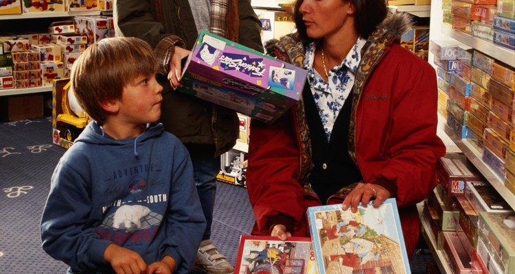 Los frecuentes viajes a la tienda de juguetes como recompensas pueden conducir al materialismo.