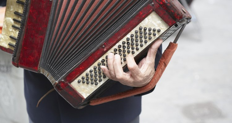 Because of its large size, accordion players use straps for stabilisation.