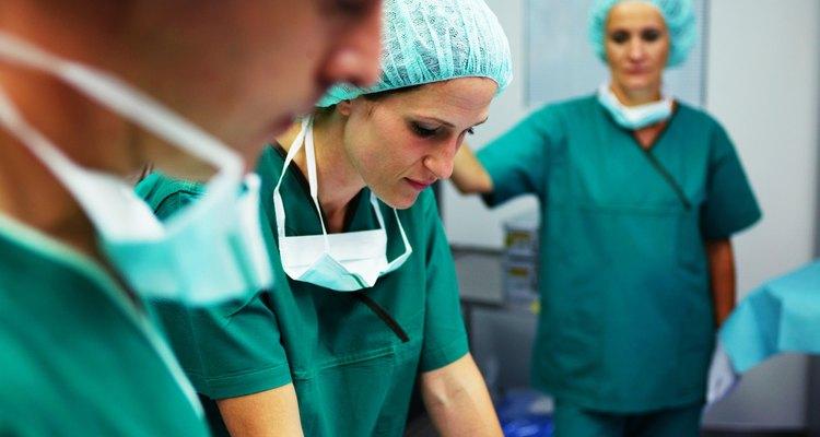 La mayoría de los cirujanos, como los cirujanos de trasplante de corazón, trabajan en las áreas metropolitanas.