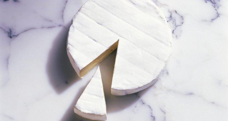 Los ratoncitos de queso se forman con un trozo triangular de queso blanco.