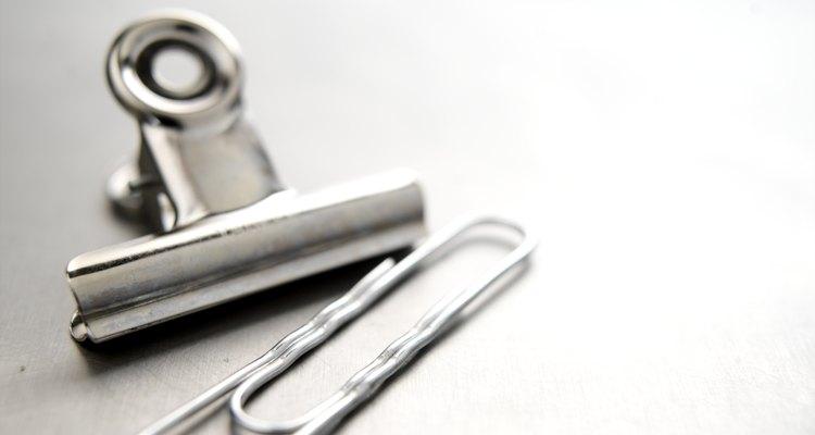 Use um clipe de papel para limpar a coroa