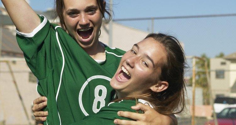 Las opiniones de las amigas pueden jugar un papel importante en la decisión de jugar deportes.
