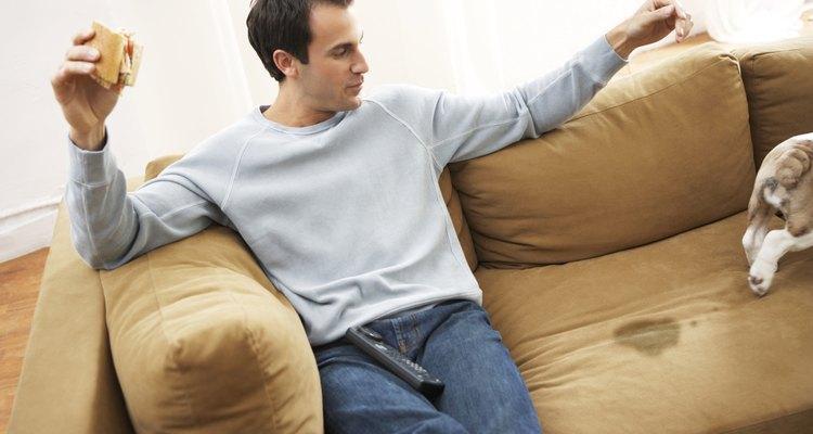 Perro teniendo un accidente sobre el sofá.