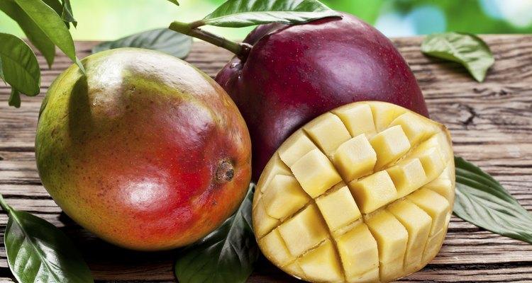 Para hacer jugo de mango primero debes quitarle la piel.