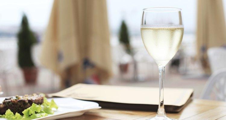 Una copa de vino blanco en la terraza de un hotel.