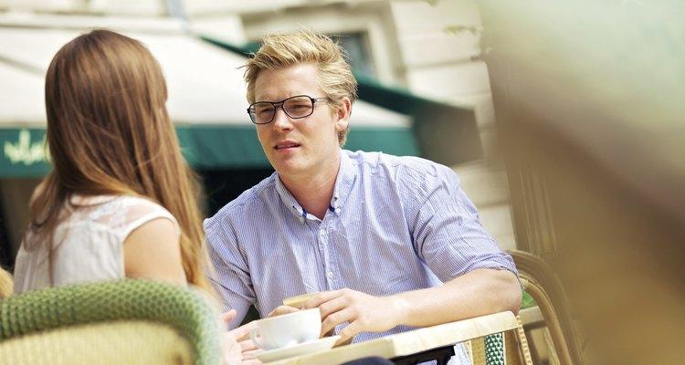 Una pareja tiene una seria conversación en un café.