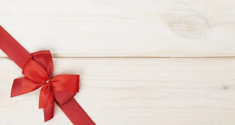 Las cintas y moños son adornos tradicionales para la copa del árbol navideño.