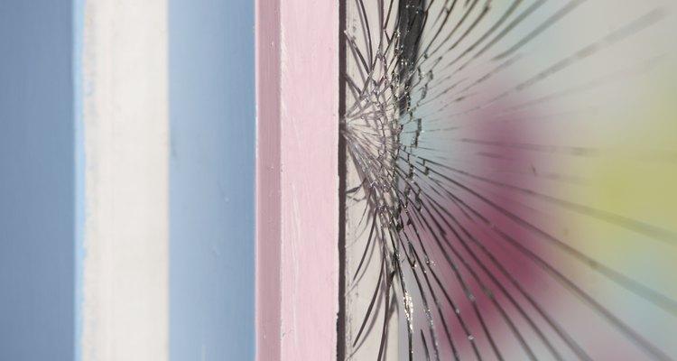 Ahorra dinero arreglando tú mismo la ventana de tu casa.