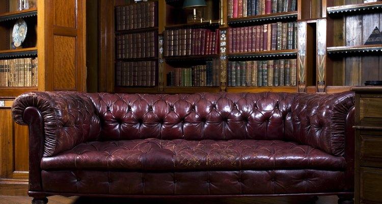 Cómo reparar un sofá de cuero pelado.