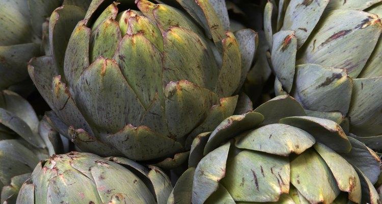 Corta el corazón de las alcachofas en trozos pequeños.