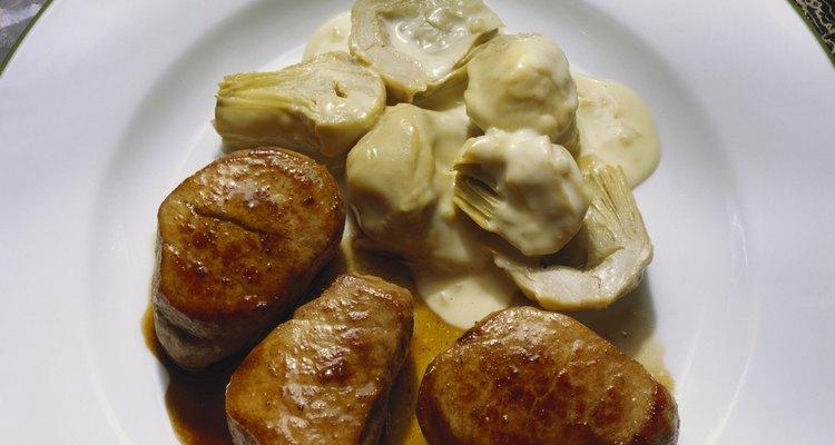 Reduciendo los jugos de la cocción de cerdo obtendrás una salsa rápidamente sin ingredientes extra.