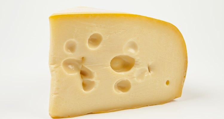 O queijo suíço é facilmente identificável pelos furos icônicos