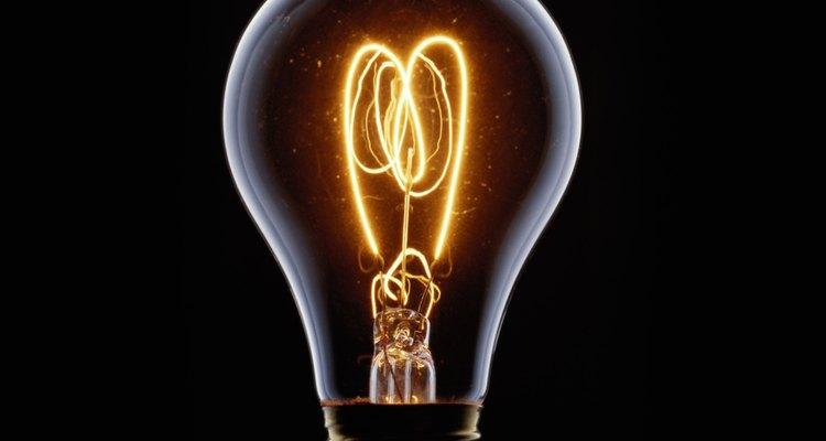 La CA de alto voltaje puede viajar largas distancias mediante cables.