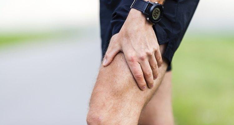 Un dolor constante arriba de su rodilla.