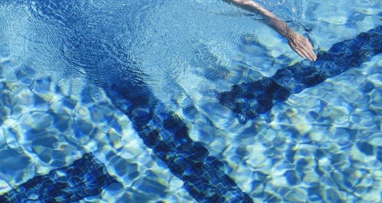 Agregar demasiado alguicida en la piscina puede tener efectos en el agua y en los nadadores.