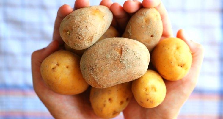 Se as batatas estiverem fervidas, descascá-las deixará de ser um martírio