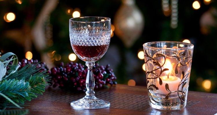 Una copa de vino dulce en una mesa festiva.