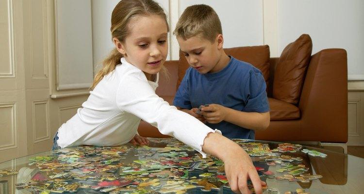Fomentar una interacción sana a través del juego puede ayudar a sembrar las semillas de una relación entre hermanos positiva.