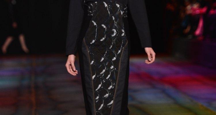 La Semana de la Moda en Moscú de otoño/invierno 2013 muestra una blusa con hombreras fuertes junto con una falda simple.