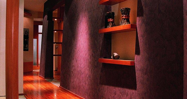 Los colores profundos, oscuros, con pisos de madera suaves crean un ambiente cálido.